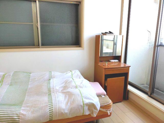 バルコニーに面した洋室約5帖です。日当たりが良く、朝のお目覚めもすっきりですね。
