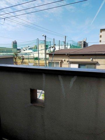 物件からは静かな住宅街が見通せます。天気の良い日はバルコニーで深呼吸はいかがでしょうか。