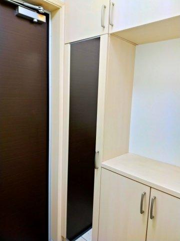 玄関はゆとりのスペース。便利な姿見や作り付けのシューズボックスもあるので、ご家族の靴を収納できますね。上にはお好きなインテリア等を飾るのもいかがでしょうか♪