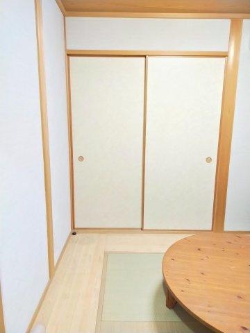 1階のフローリングの中央に4畳の琉球畳のある和室です。押し入れ収納もあり、客間にとして便利ですね。