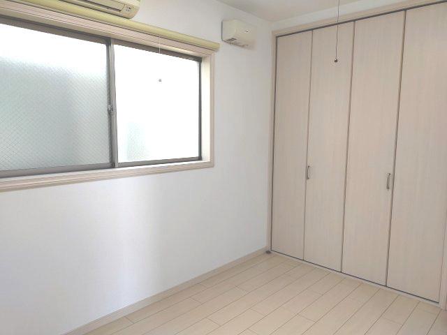 洋室6帖は壁一面のクローゼットがあり、お部屋をスッキリとお使いいただけます。