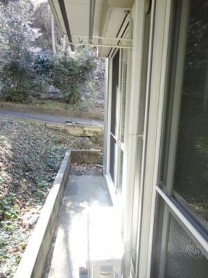 テラスは南東向きで風通しが良く、晴れた日のお洗濯物は朝からよく乾きそう☆2部屋から出入りできるのが嬉しいですよね!