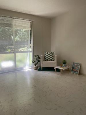 テラスに繋がる南東向き洋室6.3帖の風通しの良いお部屋です!エアコン付きで1年中快適に過ごせますね☆