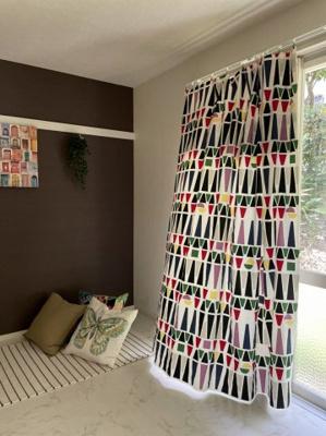テラスに繋がる南東向き6帖の風通しの良い和室です!壁にはピクチャーレールがあり、絵や写真が飾れます☆オシャレなアクセントクロスが魅力的なお部屋です☆