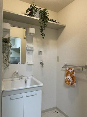 5.5帖のキッチンスペースです!広めのキッチンスペースで毎日楽しくお料理もできますね!キッチンの横に洗面所があります☆