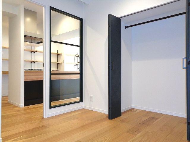洋室 収納豊富なクローゼット設置