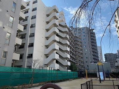 鉄骨鉄筋コンクリート造の9階建てマンションです。