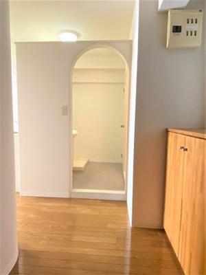 玄関入って右手にお風呂、洗面所があります。