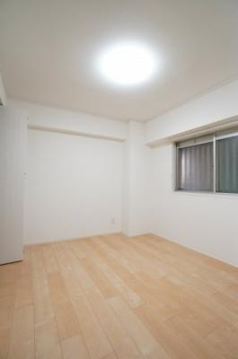 【北側洋室約5.3帖】 建材の色合いからモダンテイストも似合いそうな洋室。 主寝室としてもご利用頂ける広さがあり、 大型の家具を置くなどしても使い勝手は良さそうです。