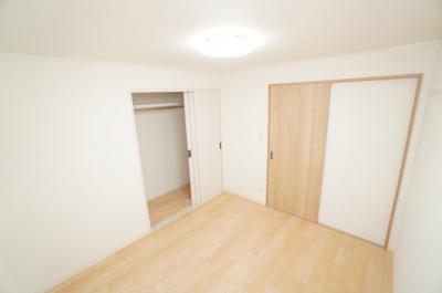 【中部屋洋室約5.0帖】 居室にはクローゼットを完備し、 自由度の高い家具の配置が叶うシンプルな空間です。 お子様の成長と必要になる子供部屋にもぴったりの間取りですね。