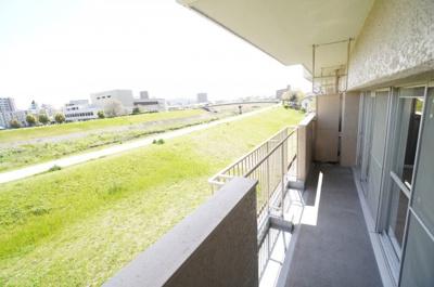 【ワイドバルコニー】 リビング全面に広がるワイドバルコニー。 太田川に面し、前面に建物が無く陽当たりもGOODです。 お洗濯物も一気に乾きそうですね!