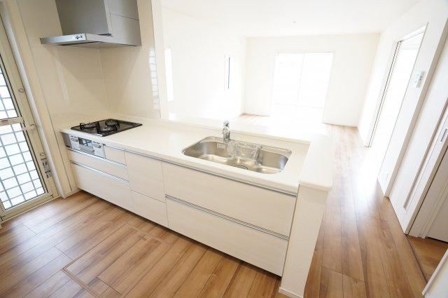 対面キッチンなのでお部屋全体の様子を見ながらお料理できます。