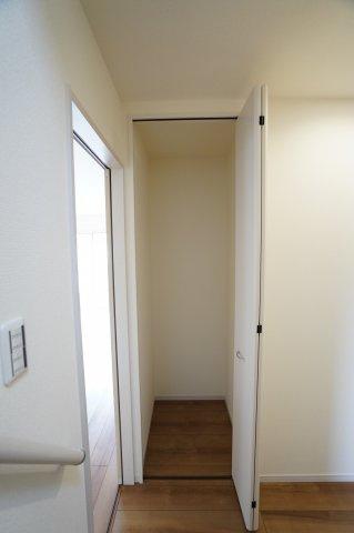 1階ホール フロアモップなどの掃除用具を収納するの便利です。使いたいときにパッと取り出せます。