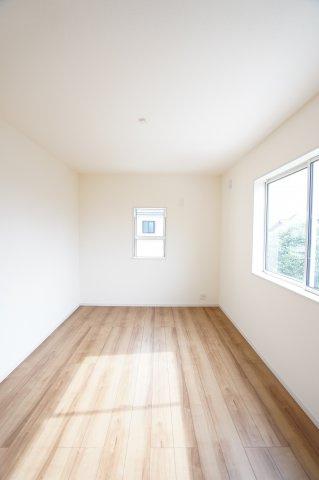 2階6.75帖 窓が2面あるので採光・通風のよいお部屋です。