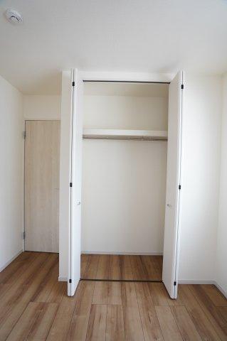 2階5.34帖 パイプハンガーや収納棚があり、シーズンを気にせず収納できるので使い勝手がいいです。