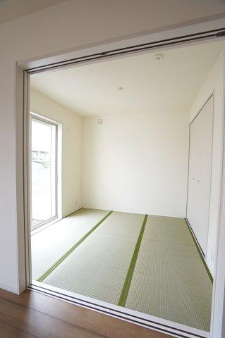 4.5帖 アイロンがけや洗濯物の片付けなど、家事のスペースとしても使いやすいですね。