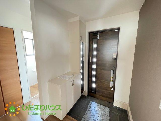 嬉しい全身鏡付きの玄関♪ドアの隙間から入る光がきれいですね♪