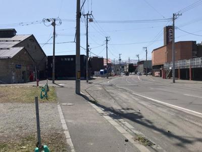 運河逆側の道路・沿道には飲食店などが建ち並んでいます