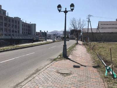 北運河沿いの道路・石畳の歩道と小樽らしい趣のある街灯