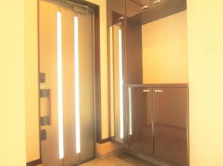 八千代市大和田新田 中古戸建 八千代緑が丘駅 鏡がついている収納スペースがあるので、外出時身支度チェックができます♪