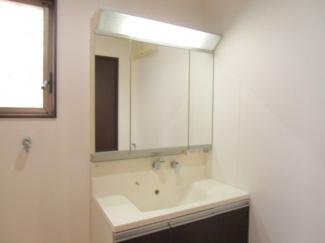 八千代市大和田新田 中古戸建 八千代緑が丘駅 明るい洗面台で鏡の後ろにも収納たっぷり♪三面鏡の大きい鏡で忙しい朝も準備がしやすい♪