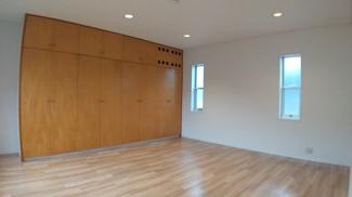 八千代市萱田 中古戸建 八千代中央駅 2階主寝室です。大きな収納が目を引きます。
