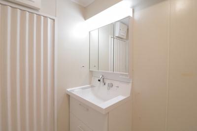 三面鏡付き独立洗面台です