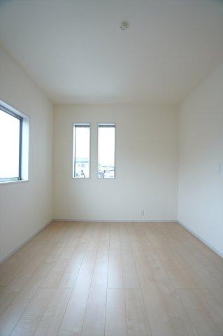 2階6帖 小窓がアクセントになってかわいいお部屋です。