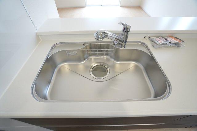 広いシンクなので洗い物もはかどります。水切りプレートもついて便利です。