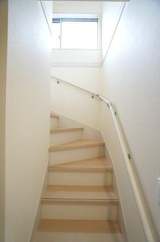 手すり付階段です。お子様も安心して階段の上り下りできますね。