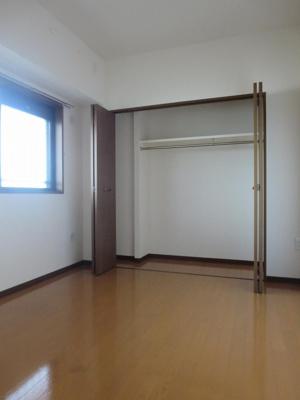 同間取り3階のお部屋の約4.5帖洋室