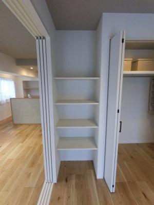 4.6帖の棚です。小物や書籍を収納できます。