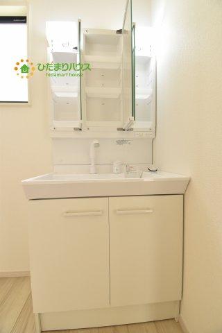 タップリ収納できる三面鏡の独立洗面台(^^)/
