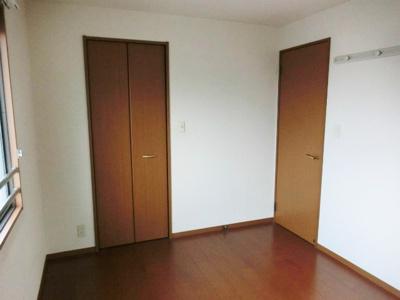 2階・ウォークインクローゼットと収納スペースのある洋室6帖のお部屋です♪荷物をたっぷり収納できてお部屋が片付きますね☆