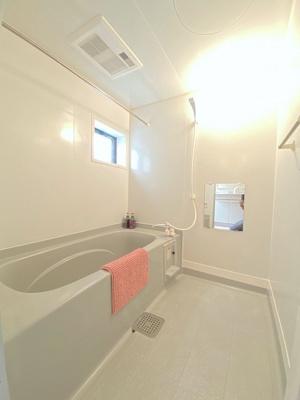 追い焚き機能・浴室暖房乾燥機付きバスルーム♪雨の日のお洗濯にも便利な物干しバー完備です!小窓があるので湿気がこもりにくくて良いですね☆