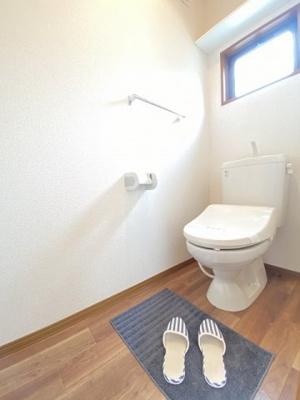 1階・人気のシャワートイレ・バストイレ別です♪換気のできる窓付きで嫌なニオイがこもりません♪小物を置ける便利な棚やタオルハンガーも付いています♪