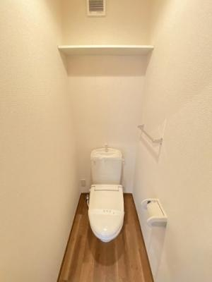 2階のトイレは冬に特に嬉しい暖房便座機能を完備☆横にはタオルを掛けられるハンガーもあります♪1階・2階両方にトイレがあるのがうれしいですよね♪