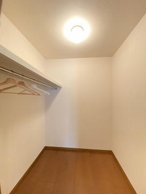 階段を上がって右側、洋室6帖のお部屋にあるウォークインクローゼットです♪たっぷり収納できてお洋服やお荷物が多くてもお部屋がすっきり☆