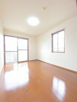2階・バルコニーに繋がる南向き角部屋二面採光洋室6帖のお部屋です!ベッドを置いて寝室にするのもオススメです☆