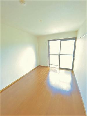 2階・バルコニーに繋がる南向き洋室6帖のお部屋です!壁にはピクチャーレールがあり、絵や写真が飾れます☆ハンガー掛けとしても便利!