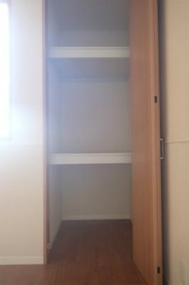 北側の洋室のお部屋には2ヶ所の収納があります♪
