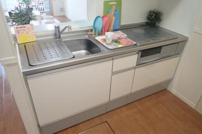 IH3口/グリル付きシステムキッチンです☆場所を取るお鍋やお皿もすっきり収納できます♪