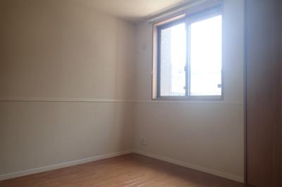 玄関側にある洋室5.5帖のお部屋です♪子供部屋や書斎・寝室など多用途に使えそうなお部屋です♪