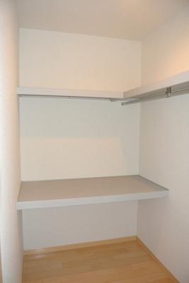 洋室6.4帖のお部屋にあるウォークインクローゼットです♪棚が2段+ハンガーラックでたっぷり収納出来ます☆