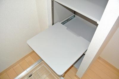 キッチンスペースにある可動棚です♪レール付きで引き出し可能♪電源コンセントも付いているので炊飯器やケトルなどを置くのに役立ちます!
