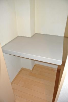 廊下にある収納スペースです!奥行きのある収納で、かさ張るお掃除用品などもすっきり収納できて便利!