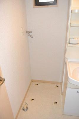 洗面所内にある室内洗濯機置き場です♪室内に置けるので洗濯機が傷みにくい☆洗面所には窓があるので湿気がこもりにくくて良いですね♪