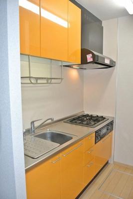 3口ガスコンロ/グリル付きシステムキッチンです☆家電を置ける便利な可動棚や床下収納も完備♪場所を取るお鍋やお皿もたっぷり収納できてお料理がはかどります!