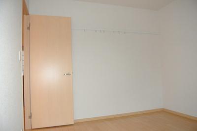 洋室6.4帖のお部屋です!壁にはピクチャーレールがあり、絵や写真が飾れます☆ハンガー掛けとしても便利!