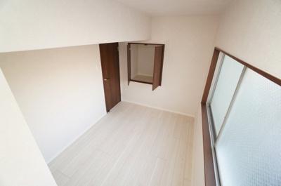 【北東側洋室約4.5帖】 全室に窓のある採光設計、心地よい光はもちろん、 全体に風の通る快適な居住空間です。